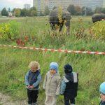 Děti z miniškolky sledují slona