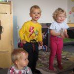 Děti si hrají v miniškolce