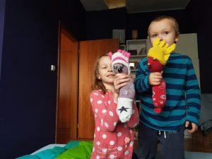 Děti s výrobky z ponožek