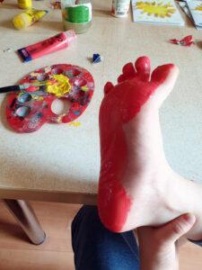 Dětská noha při výrobě přáníčka ke Dni otců